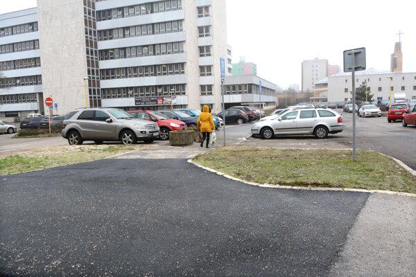 Jozef Lipták (59) spadol na tomto chodníku hneď pri magistráte.