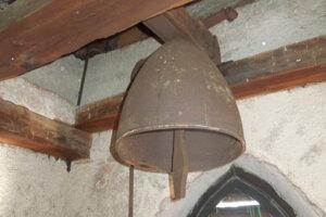 Zvon z leteckej bomby v kaplnke v prievidzskej mestskej časti Necpaly.