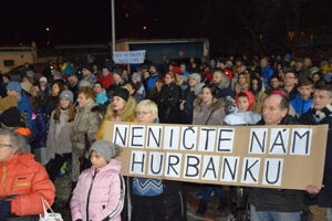 Protest učiteľov Hurbanky prišlo podporiť niekoľko stoviek Martinčanov.