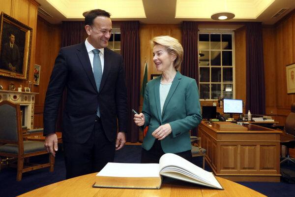 Líderka Európskej komisie Ursula Von der Leyenová počas návštevy Írska s premiérom  Leom Varadkarom.