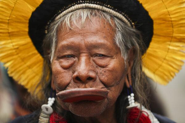 Náčelník indiánskeho kmeňa z Brazílie Raoni Metuktire.