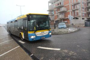 Autobusy naberajú stratu na linke č. 35. Po prechode na linku č. 31 na konečnej majú už veľké meškanie.