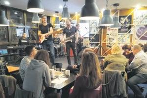 Retro kapela Živica z obľúbenej komédie DAB Syna či dcéru zahrala niekoľko piesní zo svojho repertoáru, ktoré odspievalo aj obecenstvo.