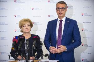 Ministerka kultúry SR Ľubica Laššáková a podpredseda vlády SR pre investície a informatizáciu Richard Raši počas tlačovej konferencie na tému Štátna a európska podpora Európskeho hlavného mesta kultúry 2026.