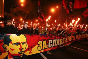 Ukrajinskí stúpenci ultrapravicových organizácií počas pochodu v Kyjeve pri príležitosti narodenia Stepana Banderu.