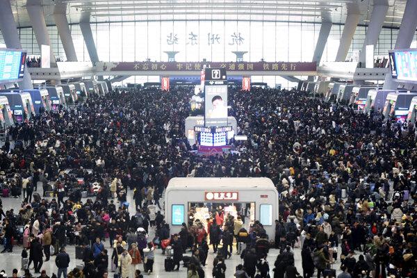 Pasažieri na vlakovej stanici v meste Guangžu.