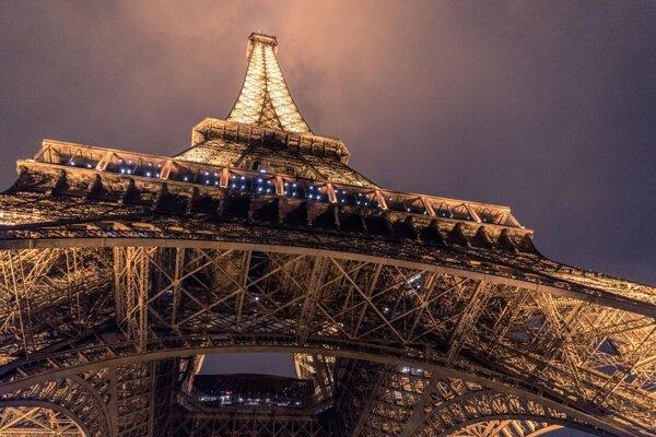 Lietajúci krajčír skočil z Eiffelovky. Jeho padák sa neroztvoril.