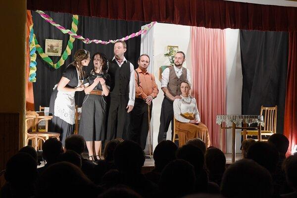 Herci Divadelného súboru Iľašovjan počas premiéry divadelnej hry Ivana Stodolu Náš pán minister v Kultúrnom dome v Iliašovciach.
