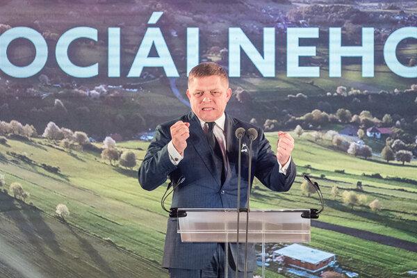 Robert Fico vystupuje so svojím prejavom na programovej konferencii Smeru.