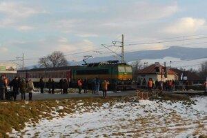 Protest obyvateľov obce Rožkovany za vybudovanie závor a bezpečnejšej križovatky.