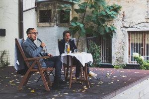 Sacha Batthyany (vpravo) počas rozhovoru s Michalom Hvoreckým na festivale Jeden svet.