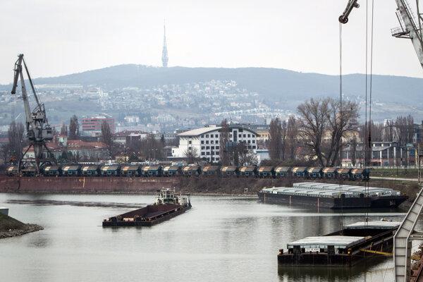 Bezvládne a doráňané telo našiel náhodný svedok v bratislavskom prístave.