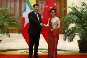 Chybný preklad vyšiel najavo počas druhého dňa Siho štátnej návštevy Mjanmarska. V sobotu sa čínsky prezident stretol s mjanmarskou líderkou Aun Schan Su Ťij.