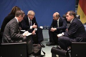 Boris Johnson (vľavo) debatuje s Vladimirom Putinom.