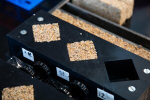 Nový žijúci betón vo forme. Vznikol pomocou baktérií, želatíny a piesku.
