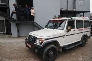 Nepálski záchranári odvážajú tela zosnulých.