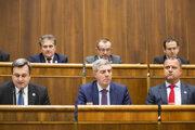 Na snímke v popredí zľava predseda NR SR Andrej Danko (SNS), podpredsedovia parlamentu SR Béla Bugár a Andrej Hrnčiar (obaja Most-Híd) počas 57. schôdze NR SR v Bratislave 21. januára 2020.