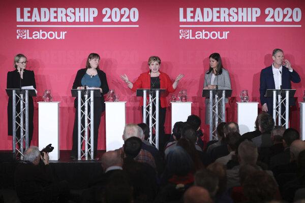 O post nového šéfa najväčšej opozičnej strany tak zabojujú štyria kandidáti: Keith Starmer, Rebecca Longová-Baileyová, Lisa Nandyová a Emily Thornberryová.