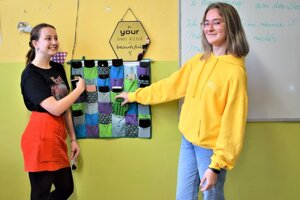 Viktória Grígelová a Katarína Kubeková prišli s nápadom zriadenia odkladacích vrecúšok na mobil.
