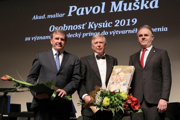 Akad. maliar Pavol Muška (v strede), vpravo Marián Mihalda, primátor Kysuckého Nového Mesta.