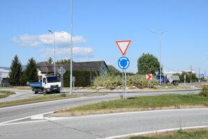 Uprostred obce Hriadky je kruhový objazd, ktorým zo smeru od Vranova, Košíc, Michaloviec a Trebišova prechádza denne množstvo kamiónov i osobných áut.