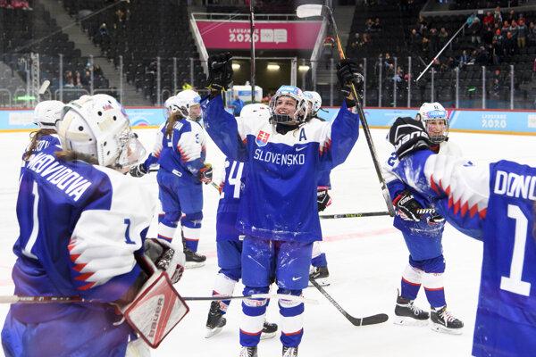 Hráčky Slovenska oslavujú zisk bronzových medailí po víťazstve nad Švajčiarskom 2:1 na zimných olympijských hrách mládeže vo švajčiarskom Lausanne.