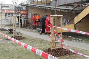 V piatok dopoludnia začali odstraňovať poškodené zábradlie.