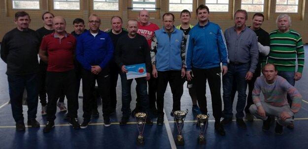 Spoločná fotka všetkých účastníkov turnaja v Uhrovci.