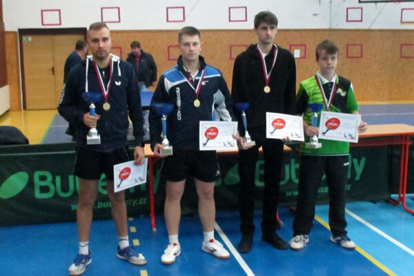 Mužskí medailisti, medzi ktorých sa dostal aj mladučký Oliver Novický (vpravo).