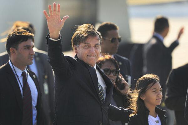 Brazílsky prezident Jair Bolsonaro so svojou dcérou na letisku v Naí Dillí.