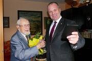 Minister obrany Peter Gajdoš a vľavo vojnový veterán František Marek počas návštevy pri príležitosti stých narodenín pána Františka Mareka v Žiline