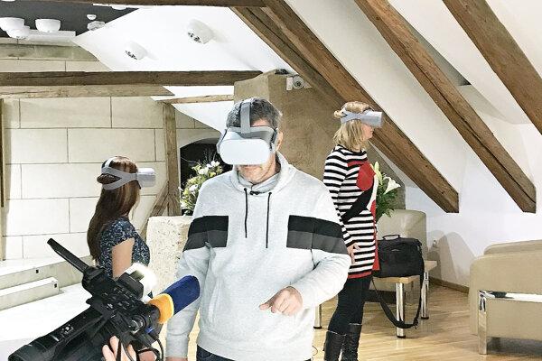 Návštevníci pozerajú 3D film o Oravskom hrade.