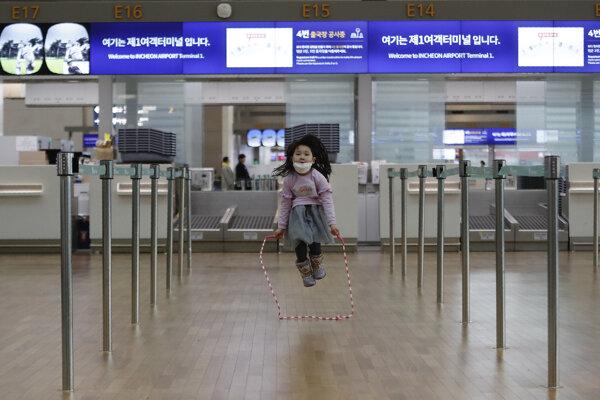 Dievč si kráti čakanie na letisku v Inčeone v Južnej Kórei.