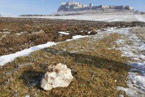 Odpadnutý kameň z hradobného múra na hradnom kopci.