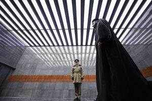 Ortodoxný kňaz pri pamätníku holokaustu v Bukurešti.
