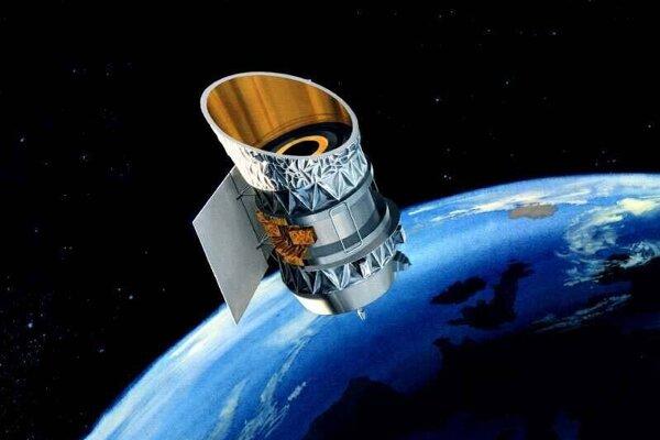 Umelecká znázornenie infračerveného ďalekohľadu IRAS. Podľa spoločnosti LeoLabs sledujúcej vesmírny by sa družica mohla zraziť s menšou.