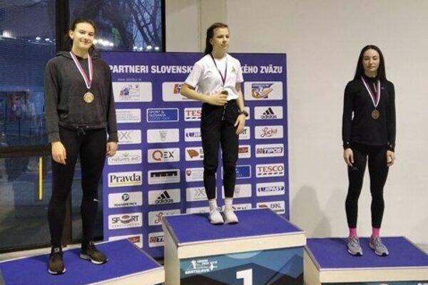 Veronika Kuricová (vľavo) na stupni víťazov.