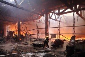 Včerajšia fotka zo zásahu hasičov v horiacej hale.