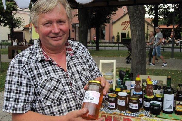 Podľa včelára Štefana Topora by mali ľudia jesť med od včelárov z hornej Nitry.