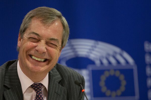 Spokojný Nigel Farage na tlačovke v Bruselu, naposledy ako europoslanec.