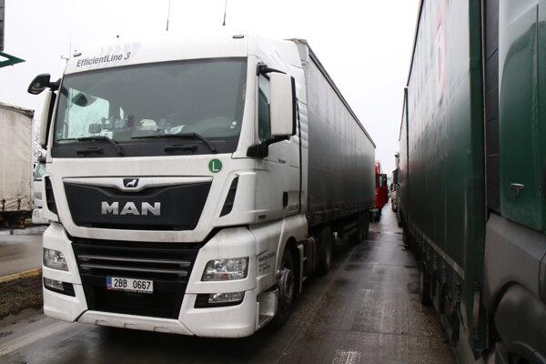 Kamióny blokujúce diaľničný hraničný priechod Čunovo - Rajka.