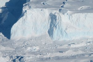 Thwaites je veľmi citlivý na zmeny klímy. Pre neustále topenie mu hrozí zrútenie do oceánu.