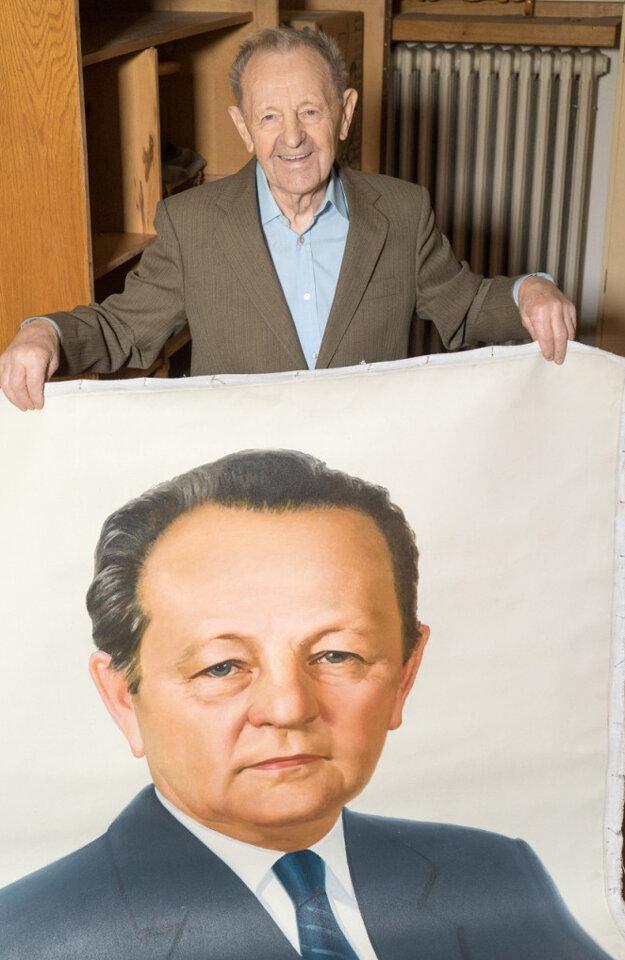 Miloš Jakeš doma uchováva starý plagát.