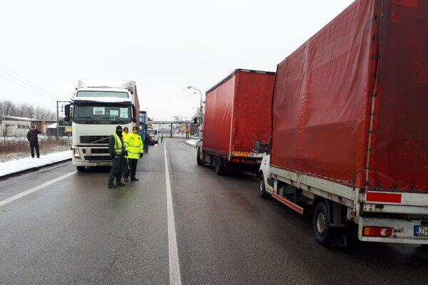Štrajk autodopravcov na hraničnom priechode v Šahách.