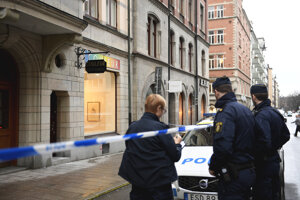 Polícia pred budovou galérie v Štokholme, kde došlo ku krádeží artefaktov.