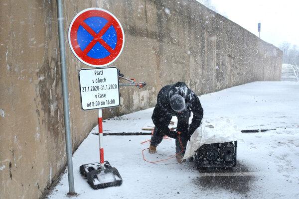 Múr začali opravovať v pondelok, pre sneženie práce stopli.