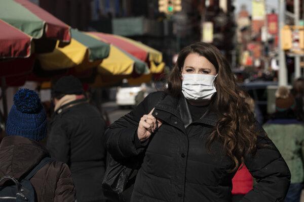 Žena má na tvári ochrannú masku 30. januára 2020 v New Yorku.