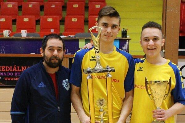 Víťazom turnaja sa stali dorastenci z Bošáce. Vľavo hlavný organizátor Štefan Bilas ml.