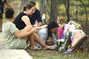 Mama obetí Leila Geagea (vpravo) s kvetmi na mieste, kde k nehode došlo.
