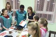 Adam Masava z Kene v Podbieli na workshope s deťmi.